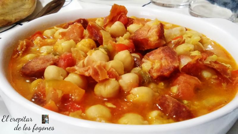 Garbanzos en Salsa de Tomate con Jamón y Chorizo
