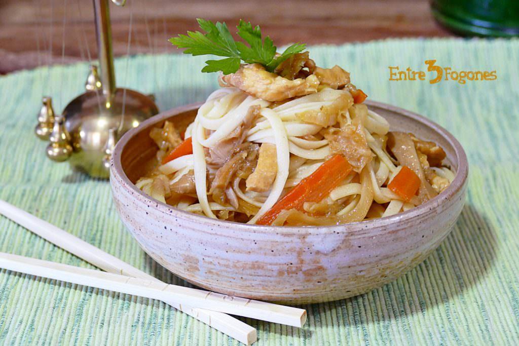 Tallarines Chinos con Pollo y Verdura
