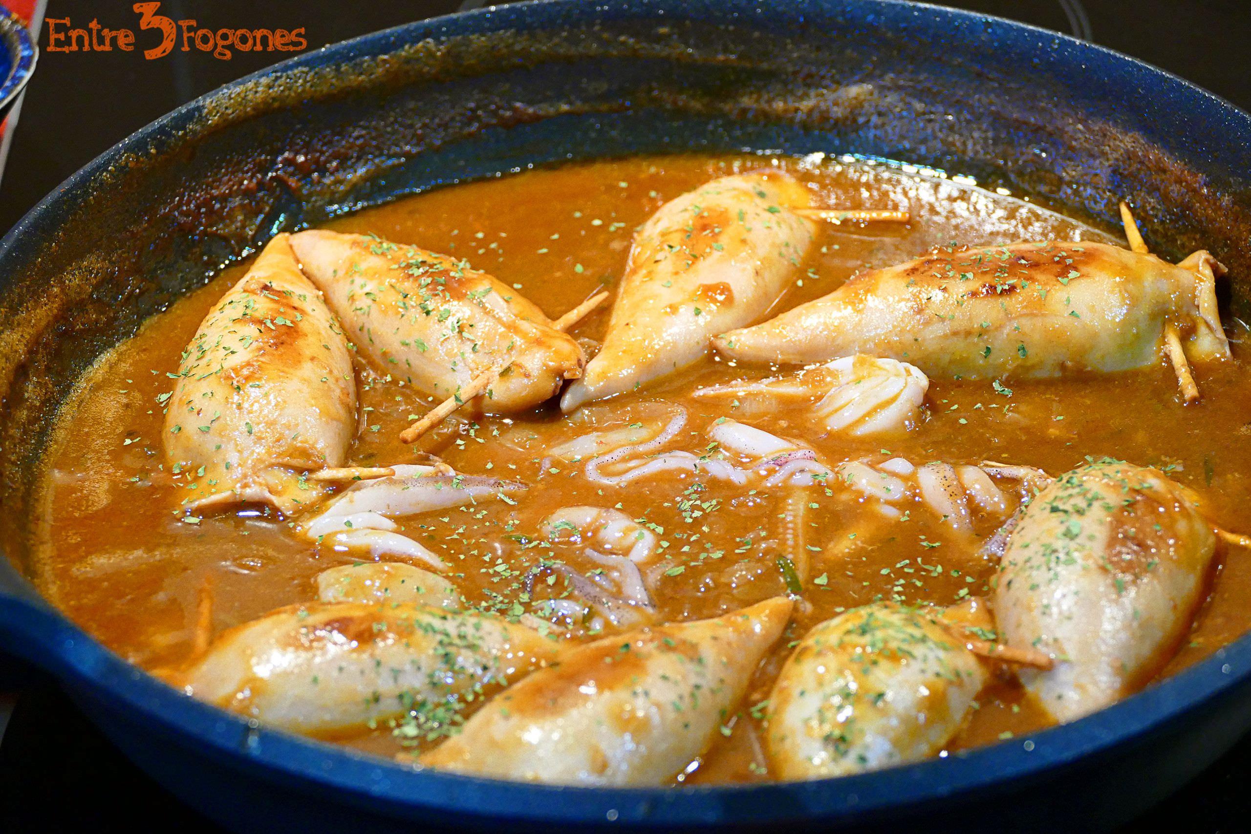 Calamares Rellenos de Gambas en Salsa Roja