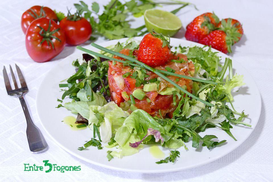 Ensalada de Fresas y Tomate con Trucha Marinada