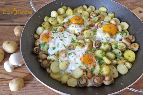 Huevos Estrellados con Patatas y Champiñones