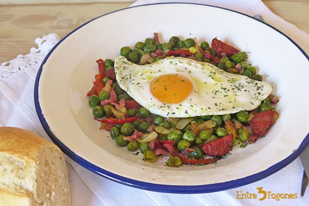 Guisantes Frescos con Jamón y Huevo