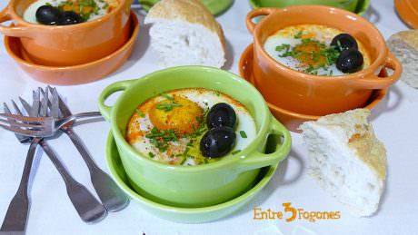 Huevos en Mini Cocotte con Crema de Pimientos y Bacalao