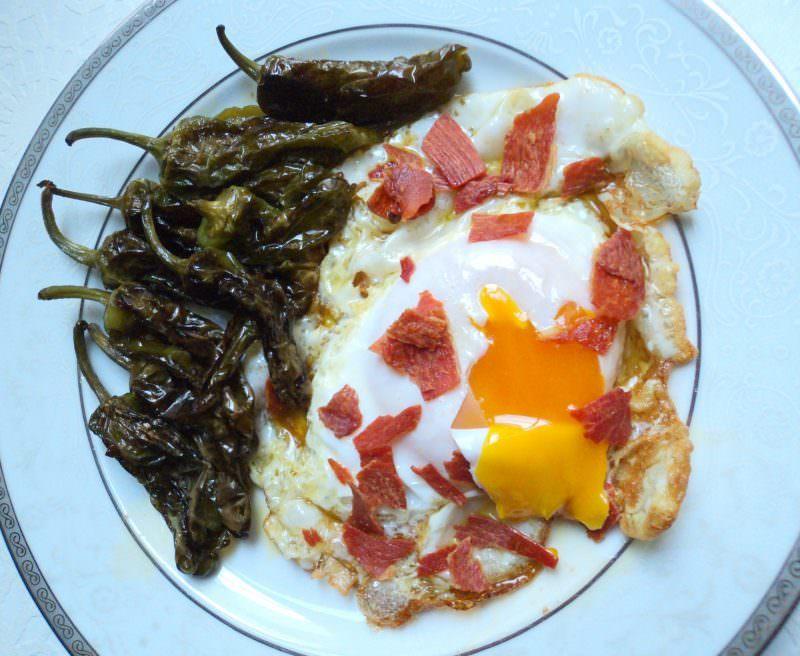Huevo de Oca con Jamón y Pimientos