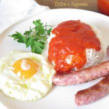 Arroz a la Cubana con Salsa de Tomate y Salchichas Frescas