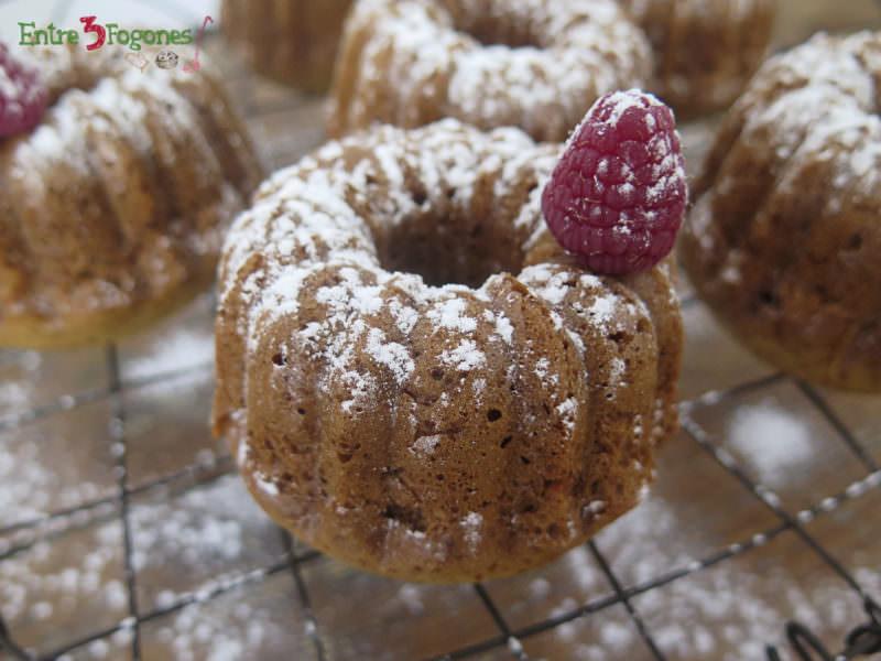 Mini Bundt Cakes de Avellanas y Toffee con Frambuesa