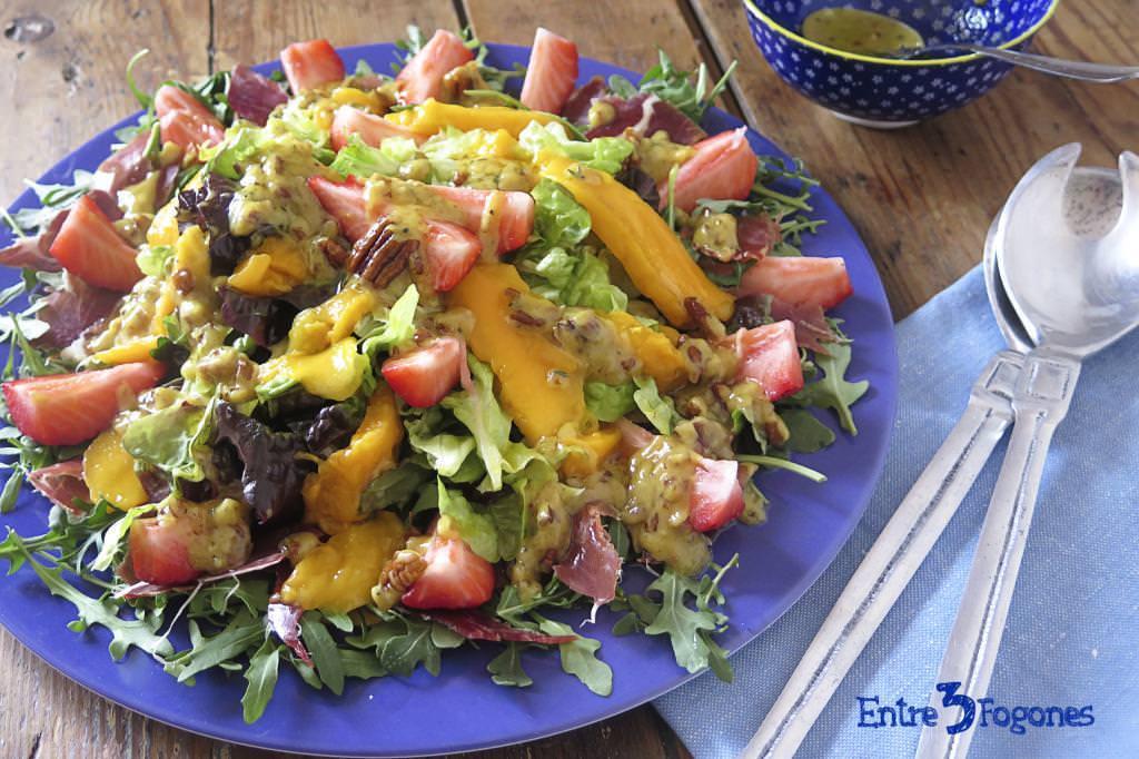 Ensalada de Mango y Fresas con Rúcula y Jamón Serrano