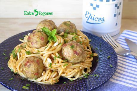 Espaguetis con Pesto Rojo y Albóndigas