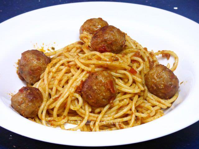 Espaguetis con Pesto y Albóndigas