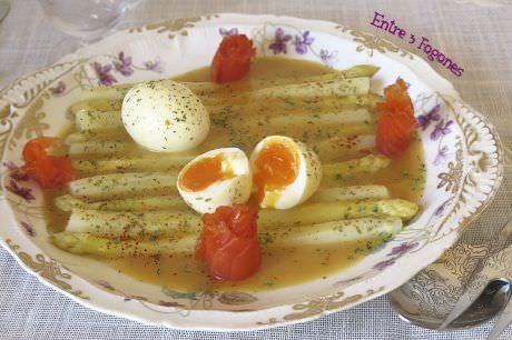 Espárragos Blancos con Huevo Mollet y Trucha Ahumada