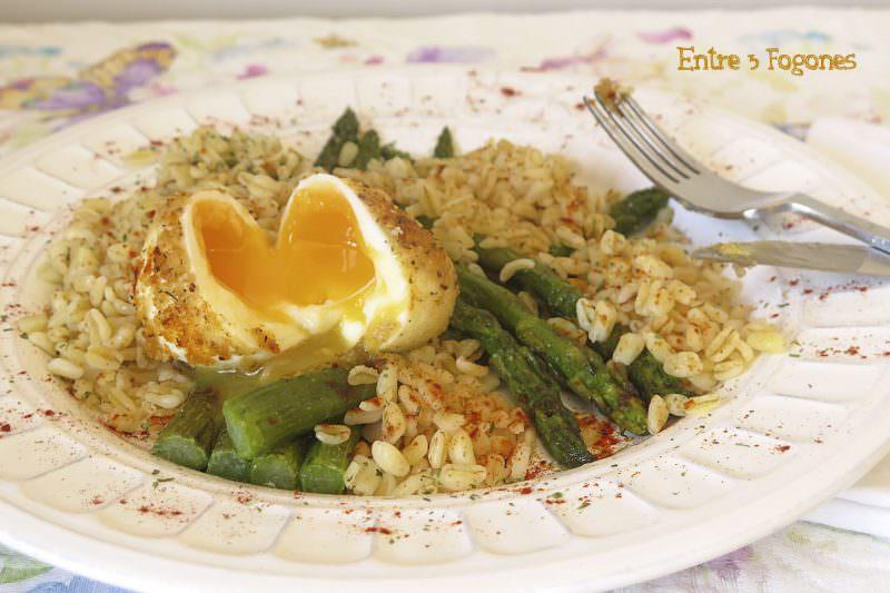 Espárragos Verdes con Huevo Mollet y Trigo Salteado