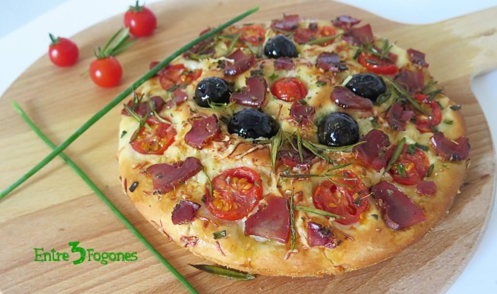 Focaccia con Tomates Cherry y Tasajo Casero