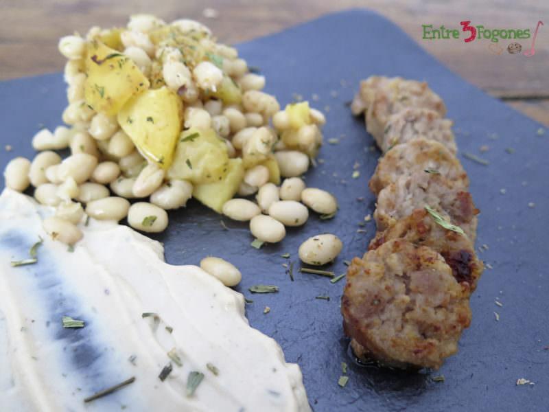 Habichuelas Blancas con Salchicha Catalana y Mayonesa de Ajo Negro