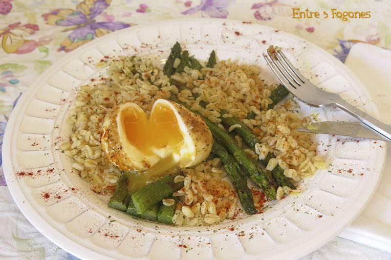 Receta Espárragos Verdes con Huevo Mollet y Trigo Salteado