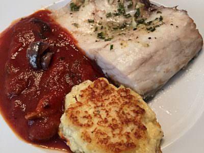 Lubina con Buñuelos de Requesón y Salsa de Tomate con Setas