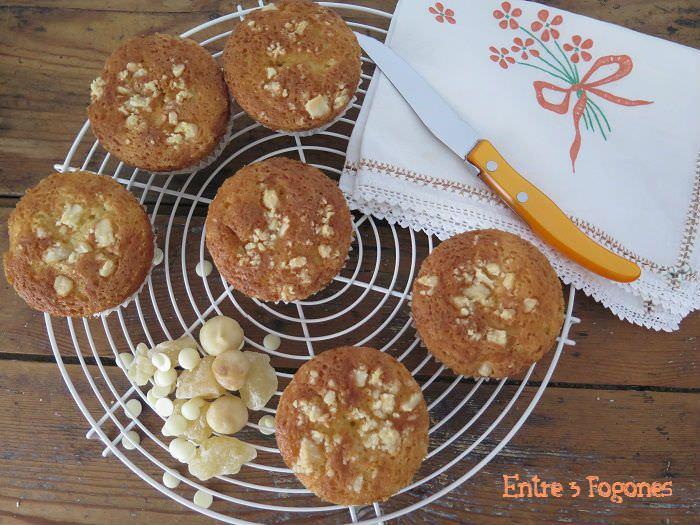 Muffins de chocolate blanco con pera deshidratada y nuez de macadamia