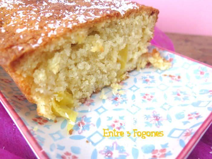 Cortando Cake de Piña Natural y Coco Rallado
