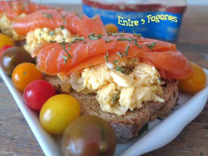 Tostadas de Huevos «Brouillés» con Trucha Ahumada