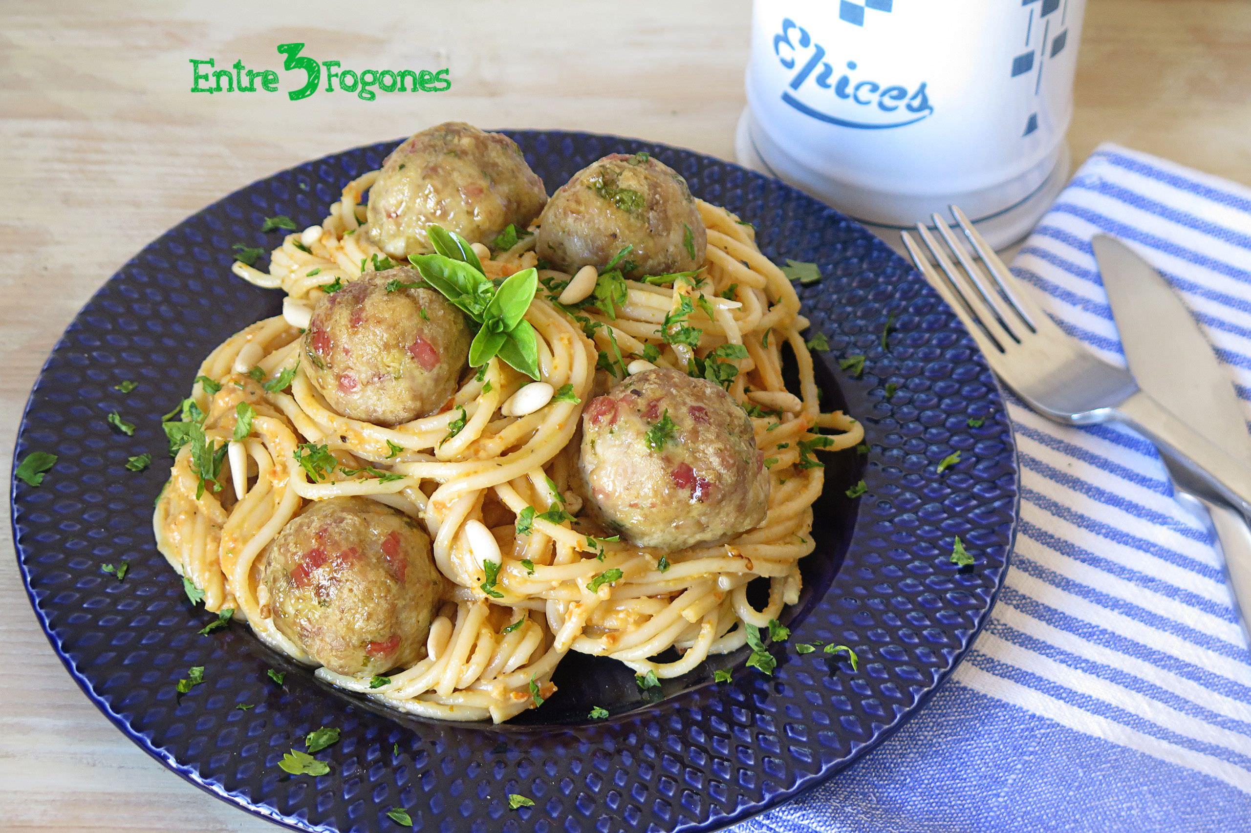 Receta Espaguetis con Pesto Rojo y Albóndigas