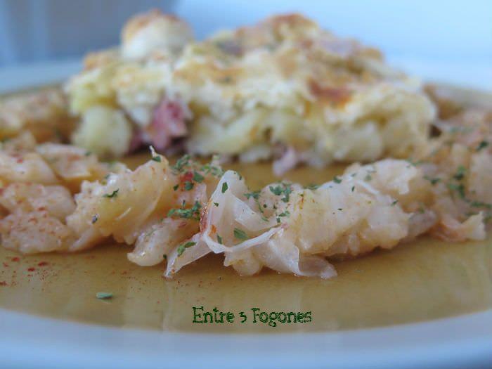 Receta Pie de patata y codillos de cerdo con guarnición de col al pimentón de la Vera