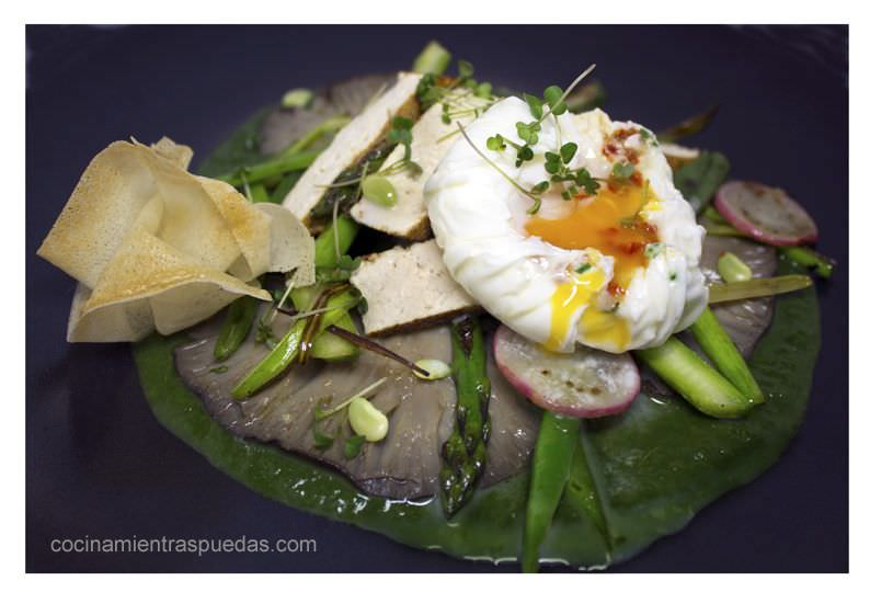 Salteado de Verduras con Huevo Poché