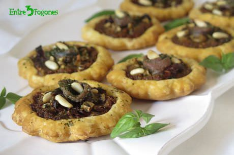 Tartaletas de Hojaldre Rellenas de Champiñones y Pesto Rojo