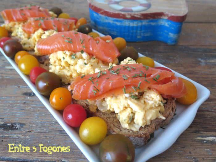 Tosta de Huevos Brouillés con Trucha Ahumada